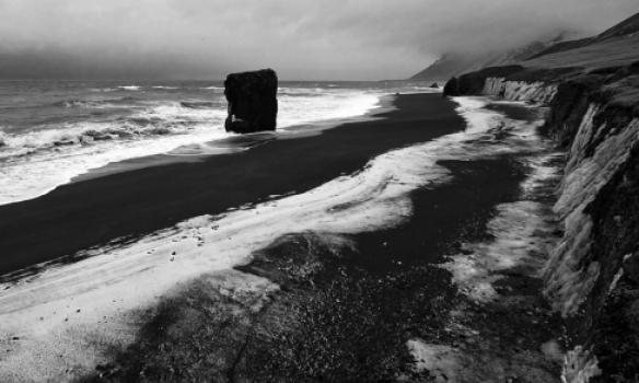 Þessi myndarlegi steinn er norðan við Hvalnes.