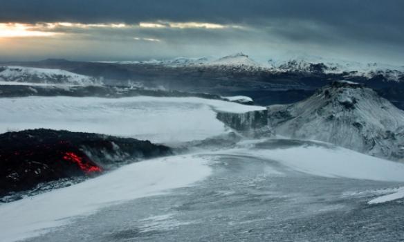 Nýja hraunið rennur ofaná því vikugamla í átt að Hvannárgili, þegar við vorum þarna átti það ca. 100m eftir frammá brún.