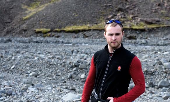 Addi gerir sig tilbúinn fyrir uppferðina.