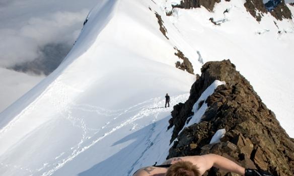 Óðinn klöngrast upp síðustu metranna á toppinn.