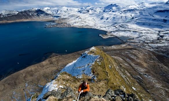 Addi klárar upp á topp, Óðinn á eftir og Grundarfjörður í baksýn.